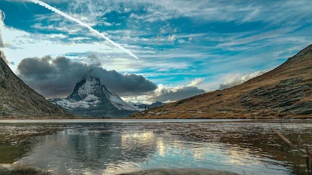 Lake water reflectie met uitzicht op de bergen