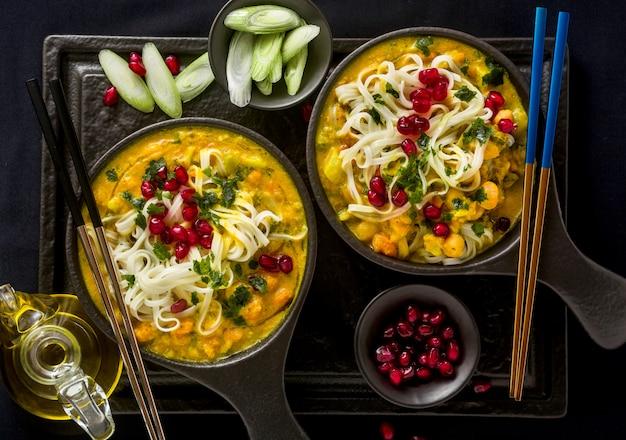 Laksa met pompoen en kokosmelk, rijstnoedels, broccoli en granaatappelpitjes