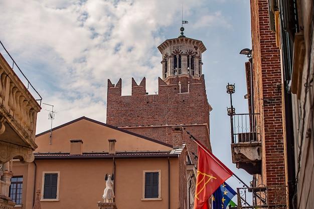 Lamberti-torendetail in verona in italië tijdens een zonnige dag