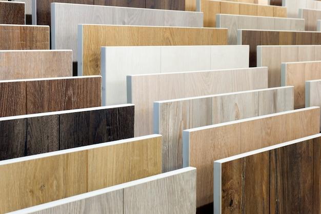 Laminaat achtergrond. monsters van laminaat of parket met een patroon en houtstructuur voor vloeren en interieur. productie van houten vloeren