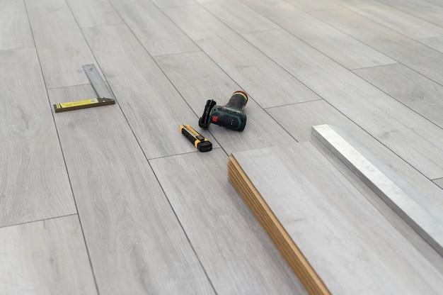 Laminaatvloer leggen met gereedschap niemand lege kamer klaar met proces