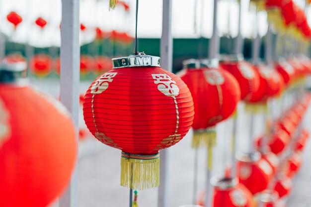 Lamp chinees nieuwjaar in het chinese land heldere kleuren in rood chinees nieuwjaarconcept
