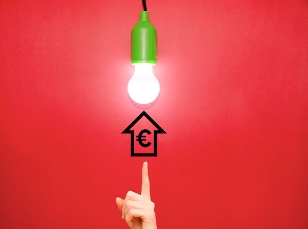 Lamp op elektriciteitsprijs omhoog licht stijgen concept