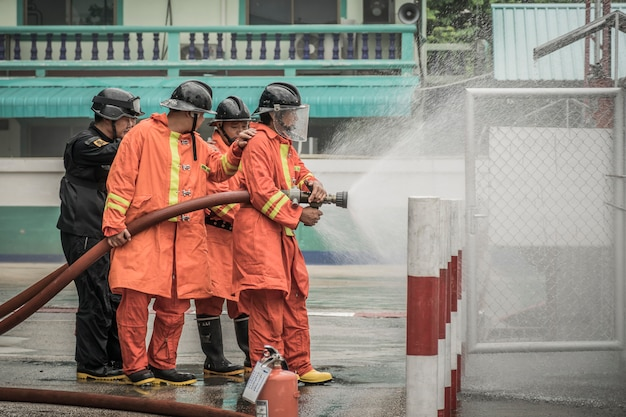 Lampang thailand 30 augustus 2018, training en praktijk brandpreventieplannen, lpg-gasopslag.