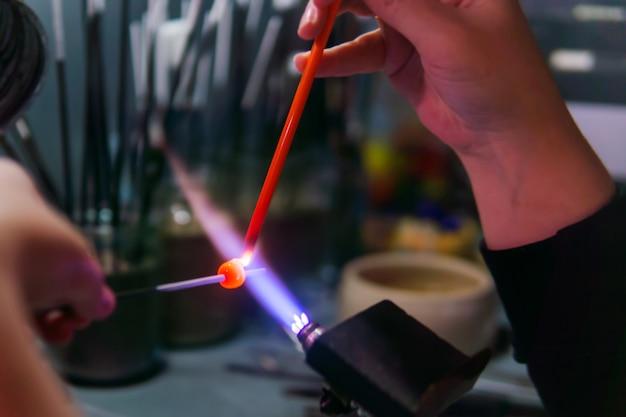 Lampbewerking handmatig glaskralen maken door de wikkelmethode in een glasblazerij
