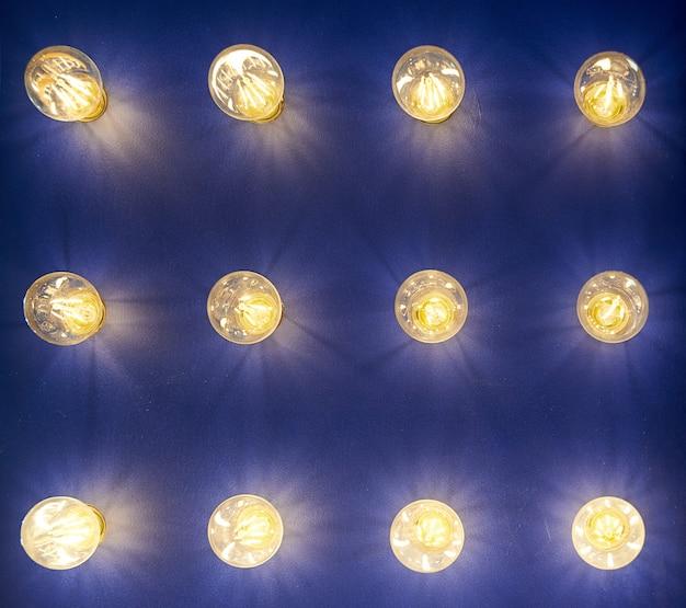 Lampen in verschillende maten en vormen. een stand om led-lampen te laten zien. lamp steekt uit de muur.