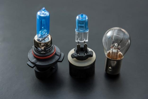 Lampen voor koplamp. auto elektrische lamp als moderne technologie op donkere achtergrond. close-up vechile halogeenlampen