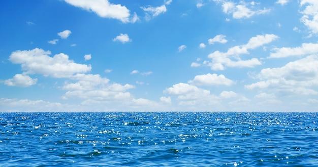 Lampjes op zee achtergrond. golven.