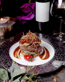 Lams- en kipburger zonder topbroodje met champignonkruiden en tomatensaus