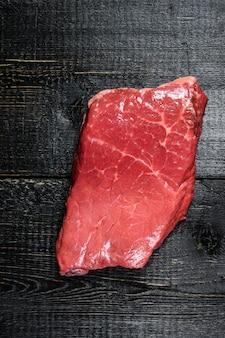 Lamsbiefstuk met rauwe reep. rund vlees. bovenaanzicht