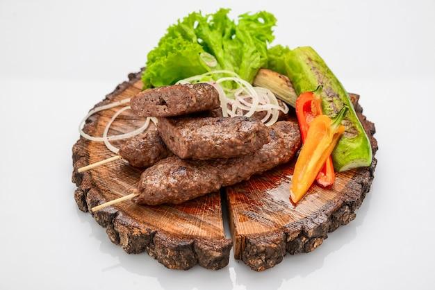 Lamskebabs op een bord met groenten. uitzicht van bovenaf, bovenste studio-opname