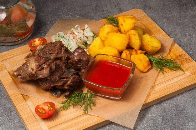 Lamsribbetjes met aardappelen, ingelegde uien en tomatensaus