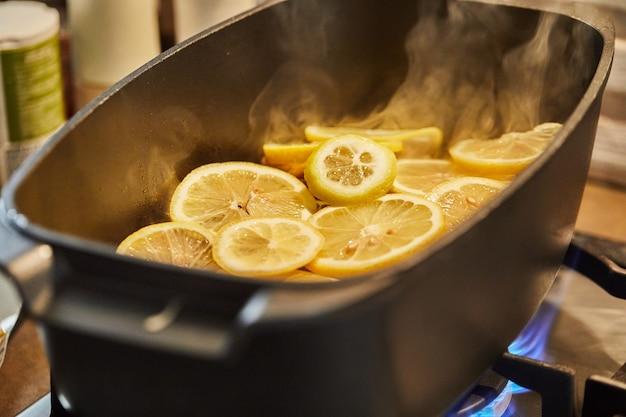 Lamsvlees met citroen wordt op laag vuur in een ketel gebakken. stap voor stap recept.