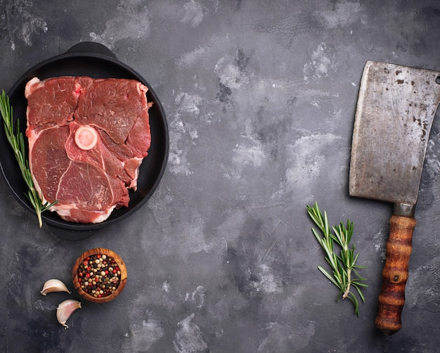 Lamsvlees met rozemarijn, kruiden en hakmes.