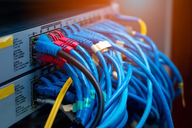 Lan-kabel plug in switch, netwerksysteemverbinding, gegevensoverdracht en internetbedrading, computergrafisch flare-licht