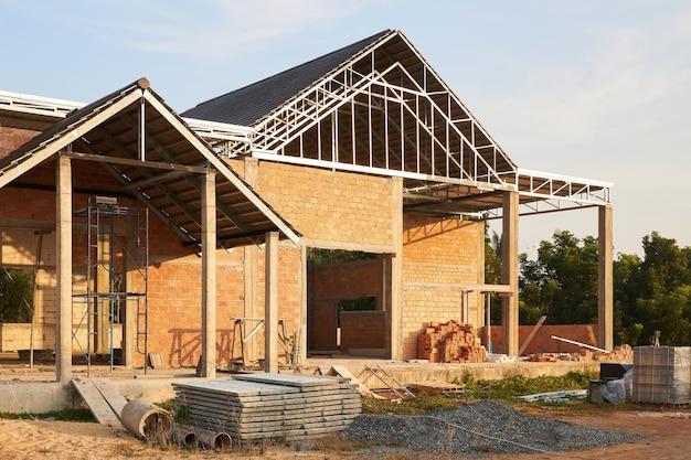 Land bakstenen privé huis in aanbouw