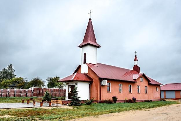 Land kleine kerk in wit-rusland.