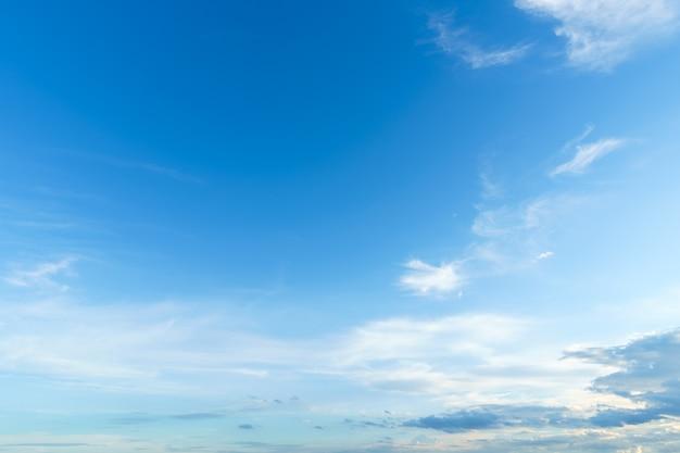 Land lucht sfeer heldere blauwe hemel abstracte duidelijke textuur met witte wolk.