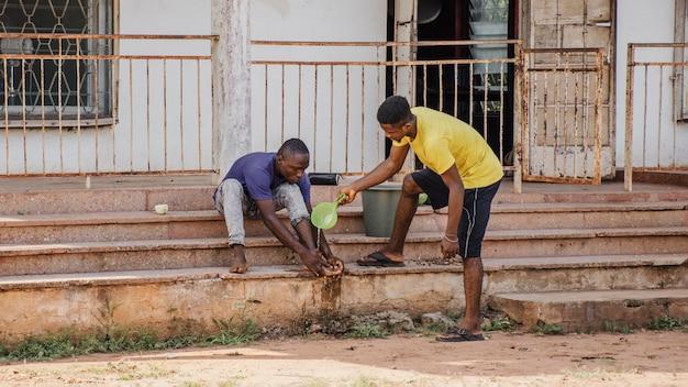 Landarbeiders die na het werk schoonmaken