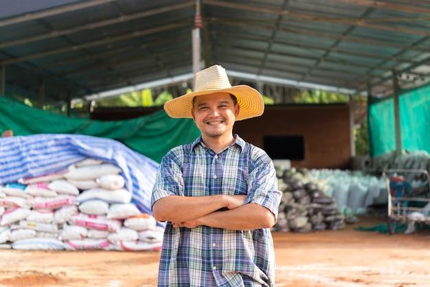 Landbouw landbouwer met organische meststof Premium Foto