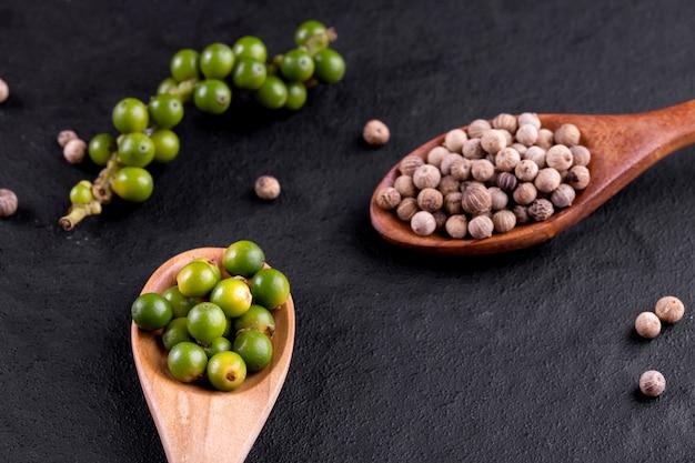 Landbouwbedrijf verse groene die peperbollen op hout worden geïsoleerd