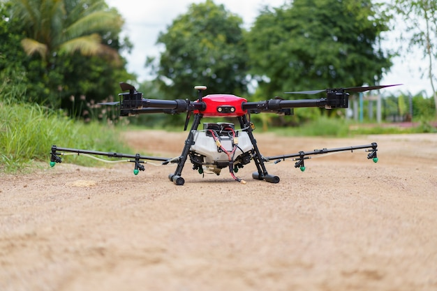 Landbouwdrone vlieg voor meststoffen en pesticiden. moderne landbouw nieuwe landbouwinnovatie automatische drone Premium Foto