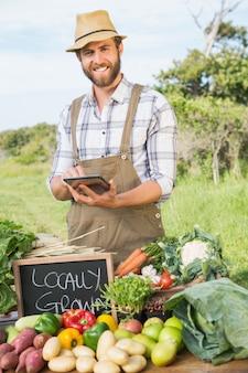Landbouwer die zijn organische opbrengst verkoopt