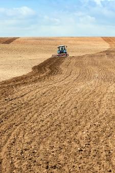 Landbouwgebied, dat de tractor ploegt.