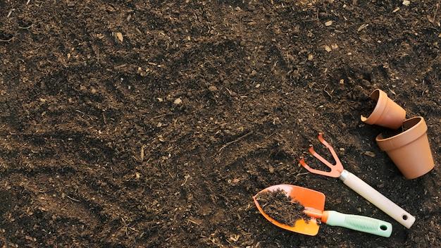 Landbouwgereedschappen op de grond