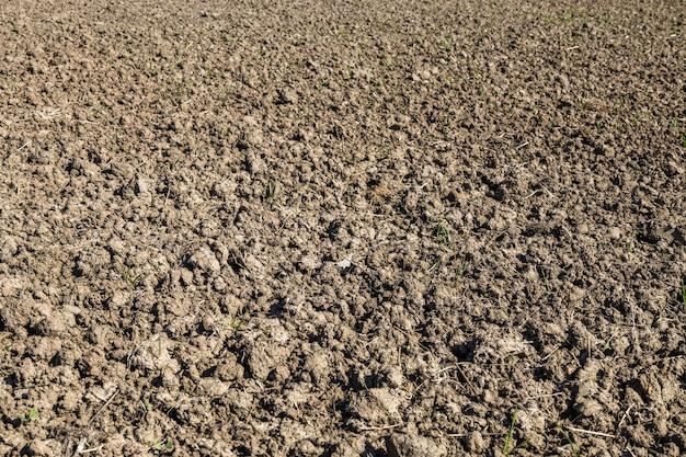 Landbouwgrond die onlangs is omgeploegd en klaargemaakt voor de oogst