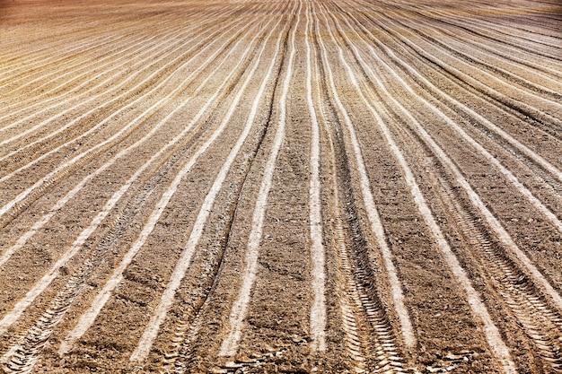 Landbouwgrond, die werd geploegd voor het zaaien van gewassen. voorjaar
