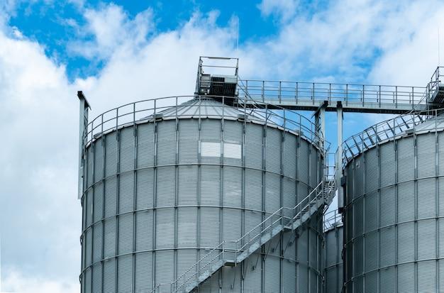 Landbouwsilo bij de fabriek van de voermolen. grote tank voor winkelgraan in diervoederproductie