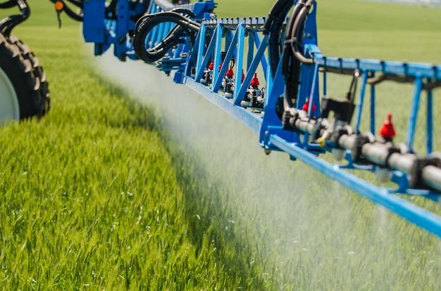 Landbouwsproeiers, spray chemicaliën op jonge tarwe.