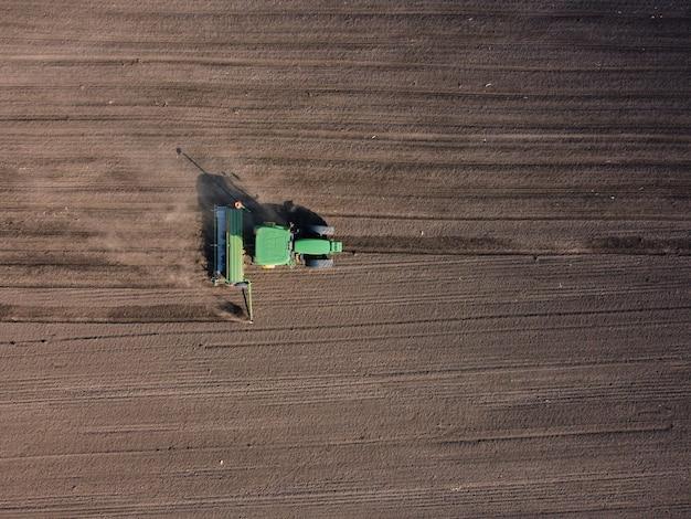 Landbouwtractor ploegt bodemveld om te zaaien
