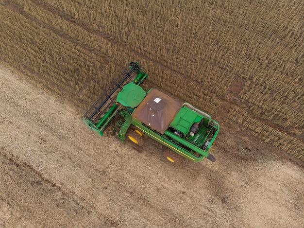 Landbouwtrekker oogsten sojabonen in het veld.