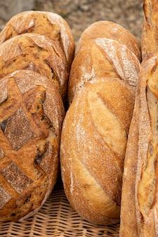 Landbrood en organische baguettes gemaakt met zuurdesem en gekookt boven een houtvuur