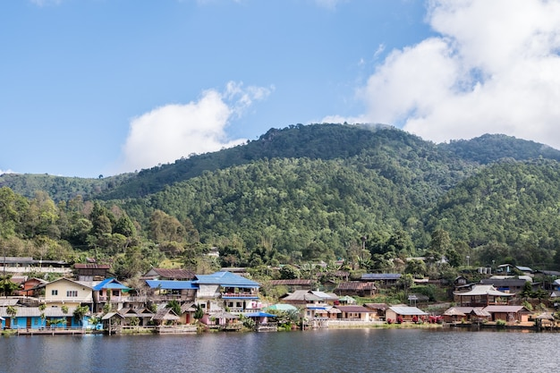 Landelijk dorpje van de lokale boer bij het kleine stuwmeer in de vallei