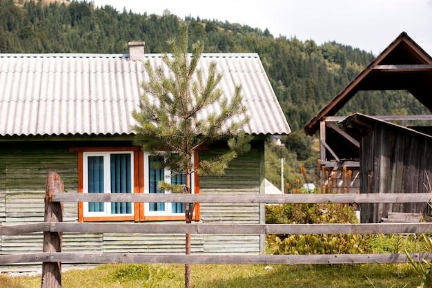 Landelijk huis omgeving bij daglicht