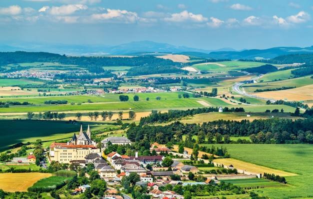 Landelijk landschap van slowakije bij spis-kasteel. zomer scene