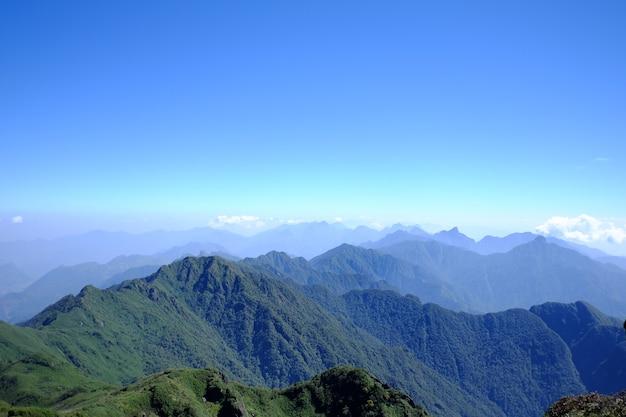 Landelijke gebieden dichtbij tatra-bergen in de zomertijd. prachtig panorama van landbouwgebied.