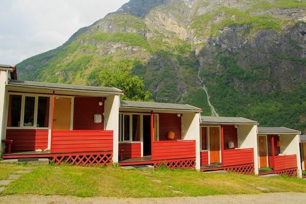 Landelijke huizen op toeristische camping in dorp geiranger,