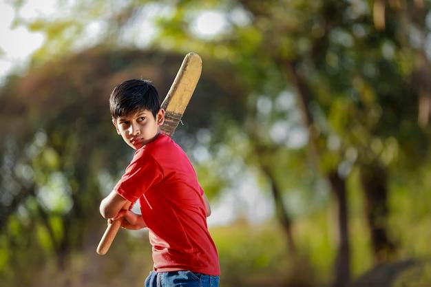 Landelijke indiase kind cricket spelen