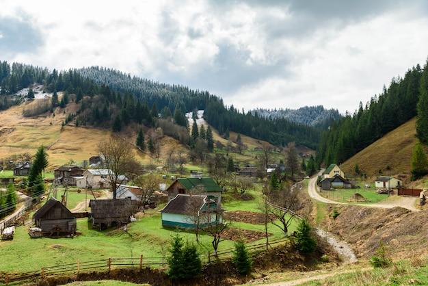 Landelijke nederzetting met kleine huizen hoog in de bergen