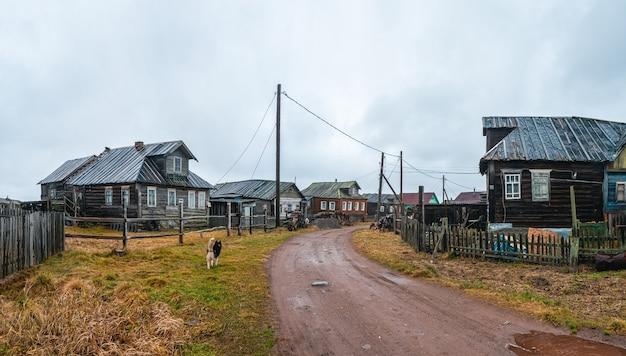 Landelijke onverharde weg. een klein authentiek dorpje aan de witte zeekust. kashkarantsy visserij collectieve boerderij. kola-schiereiland. rusland.