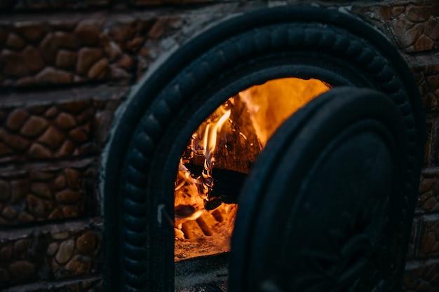 Landelijke oven met vuur binnenin