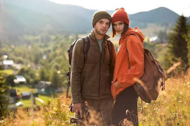 Landelijke reizigers die samen de omgeving verkennen
