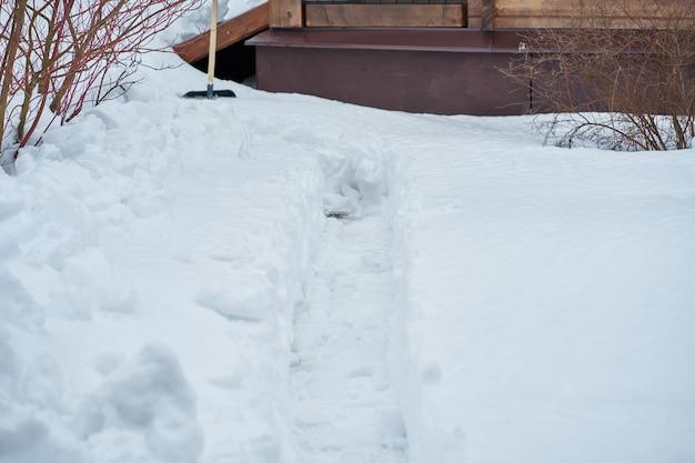 Landelijke rustieke scène van de winter op het platteland, veel sneeuw en een deel van het huis
