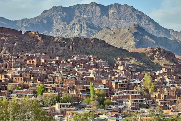 Landelijke scène van abyaneh-dorp in bergen, iran.