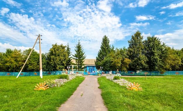 Landelijke school in het dorp ostanino, regio koersk in rusland