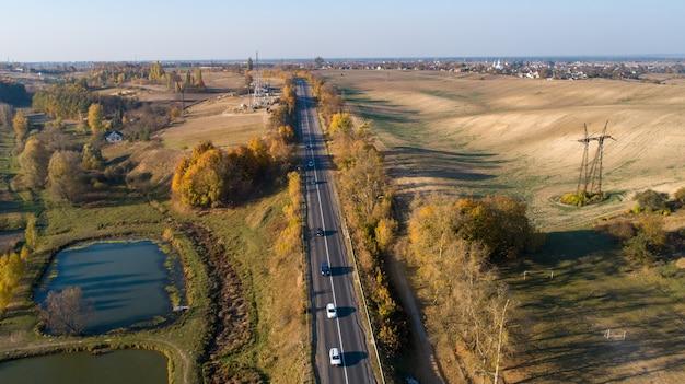 Landelijke weg in de herfst. uitzicht van boven